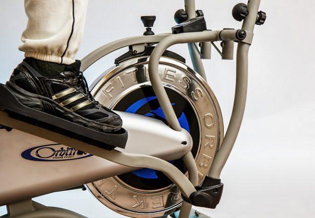 エアロバイクを漕ぐ足