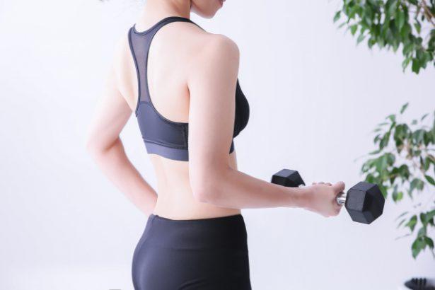 ダンベルエクササイズで二の腕を鍛える女性