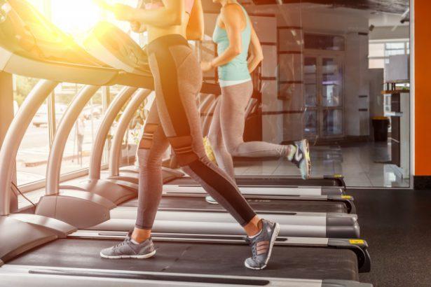 「ジムのランニングマシン」と「屋外を走る」どっちが痩せる?