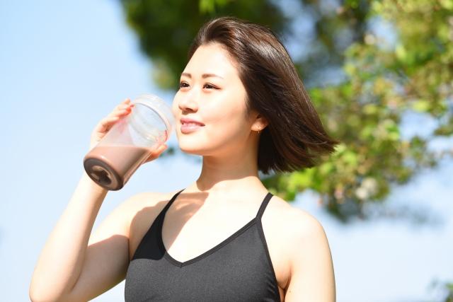 プロテインを飲むダイエット中の女性
