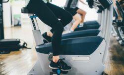 エアロバイクを漕ぐ女性