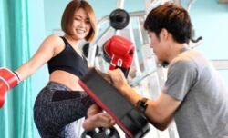 キックボクシングをする女性とトレーナー