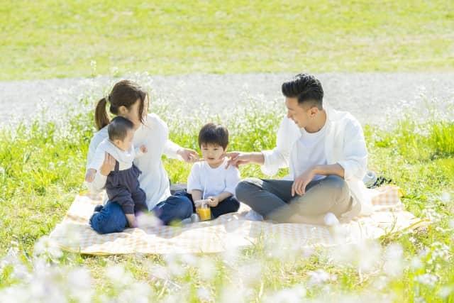 屋外で食事をする家族写真